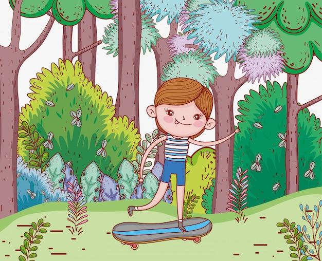 かわいい男の子が木とスケートボードに乗る