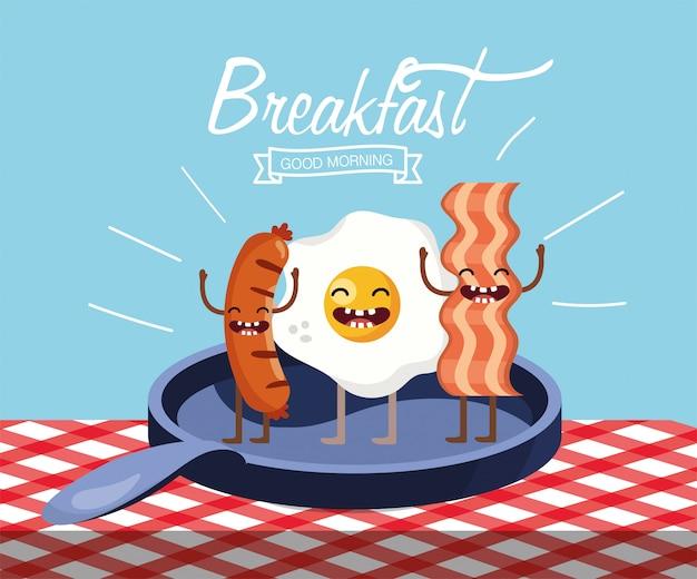 Счастливое жареное яйцо с колбасками и беконом на сковороде