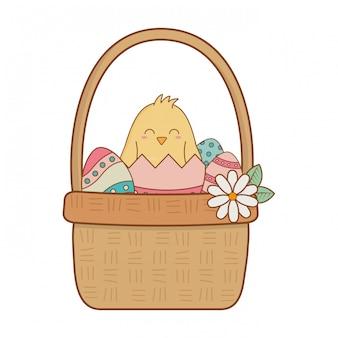 Маленький птенец с яйцом сломанный в корзине цветочный пасхальный персонаж