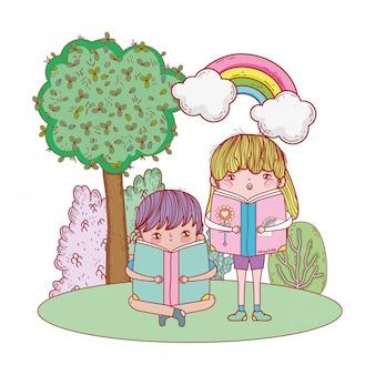 Счастливые маленькие дети читают книги в ландшафте