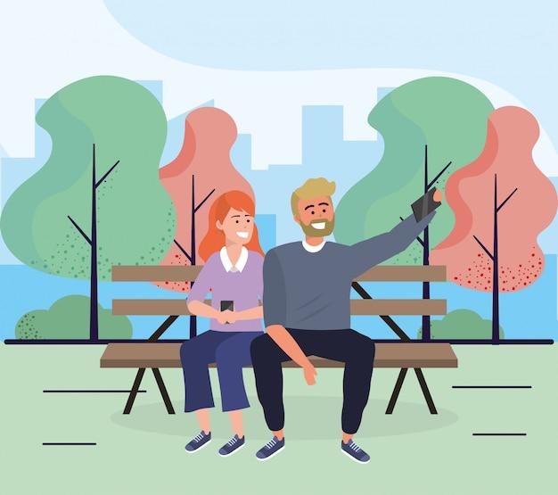 女と男のスマートフォンで椅子に座る