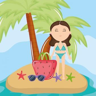 ビーチで水着を持つ美しい女性