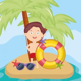 Маленький мальчик с купальником на пляже персонажа