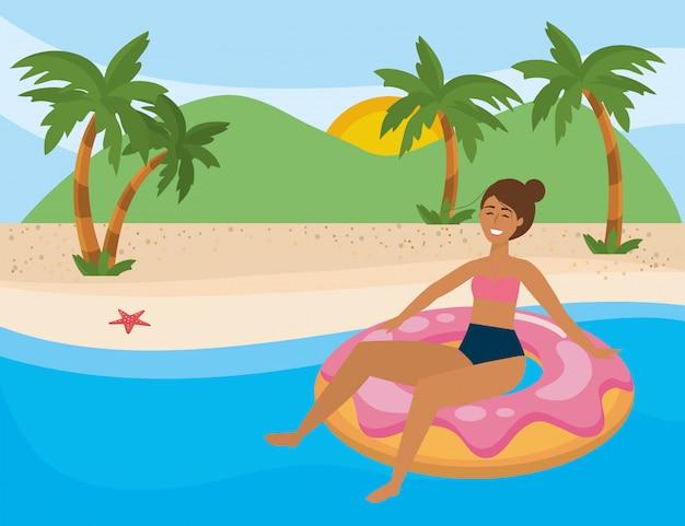 Девушка с летними купальниками