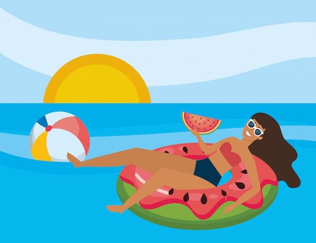 夏の水着を持つ少女