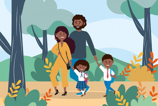 Мать и отец с мальчиком и девочкой с рюкзаком