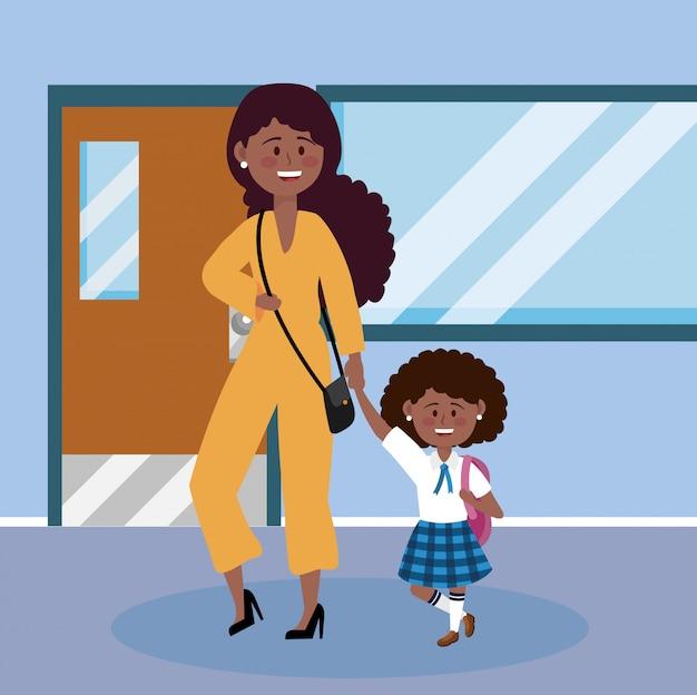 彼女の女子学生と制服とブラックパックを持つ母