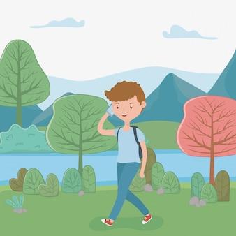 公園でスマートフォンを使用して歩く少年