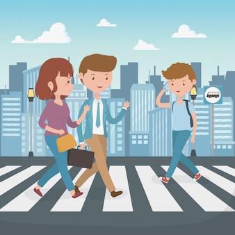 若者が通りの文字を歩いて