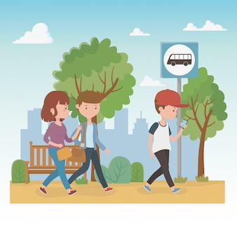 公園を歩いている若者たち