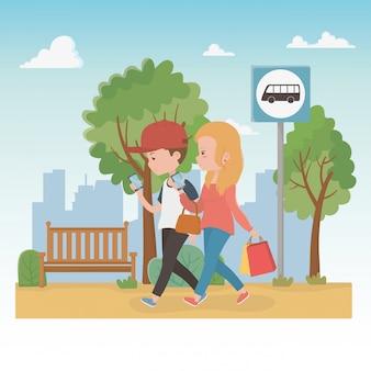公園を歩いている若いカップルの文字