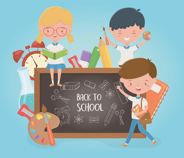 黒板や学用品と小さな学生グループ