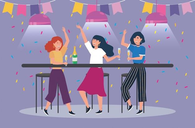 Женщины танцуют на вечеринке и бокал с шампанским