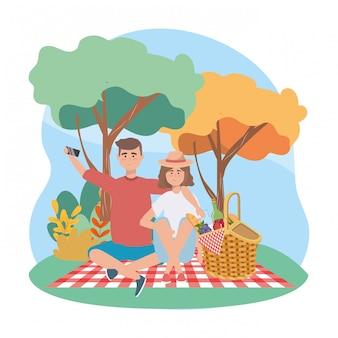 Женщина и мужчина с смартфон селфи и еда в корзине