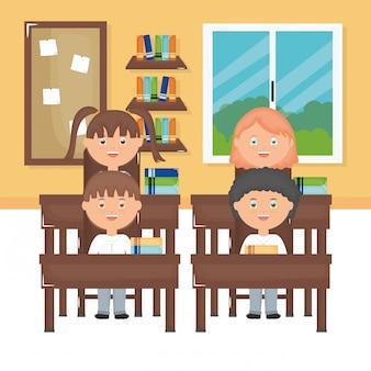 教室でかわいい小さな学生グループ