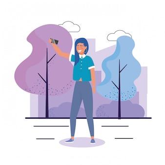 Счастливая девушка с прической и смартфон селфи