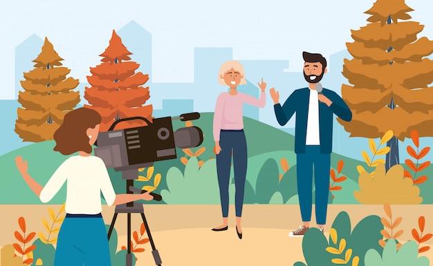 ビデオカメラとマイクを使って女と男のレポーターを持つカメラ女