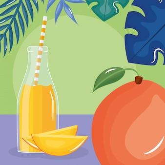 Свежий фрукт сока манго в бутылке с соломой в листьях пальм