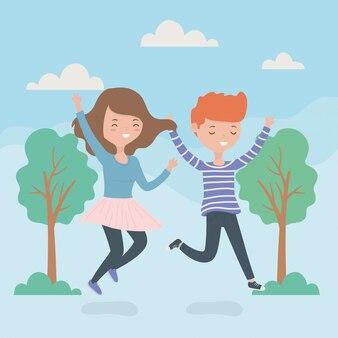 Счастливая пара празднует прыжки в лесу