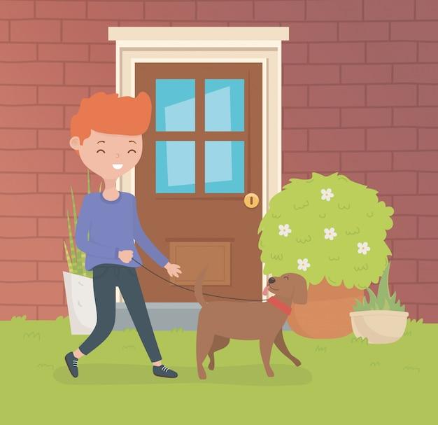 家の庭で小さな犬のマスコットと若い男