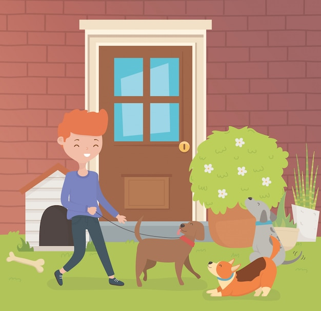 Молодой человек с талисманами маленьких собак в домашнем саду