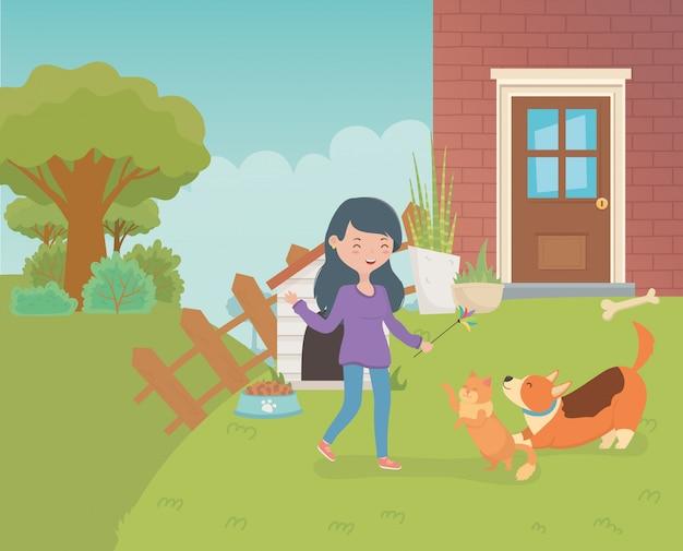 かわいい小さな猫と家の庭で犬を持つ女性