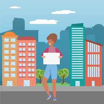 Женщина с доской в городе