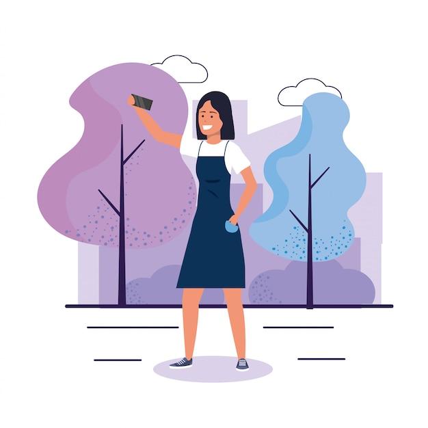 Смешная женщина с смартфон и повседневную одежду