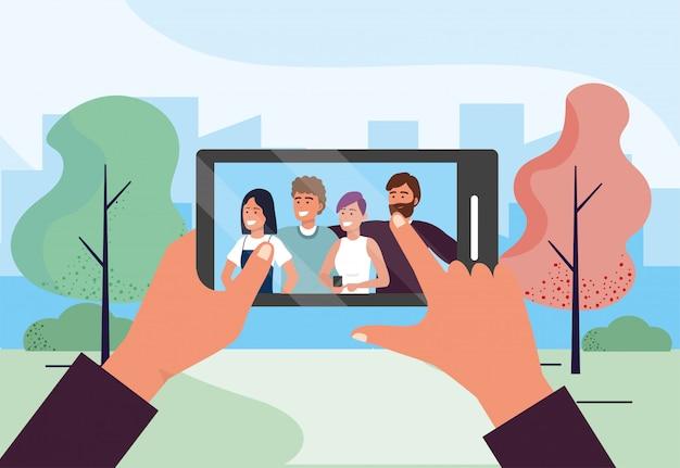 Смартфон селфи технология с веселыми людьми, друзьями