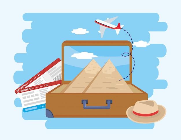 帽子と飛行機のチケットを備えたブリーフケースの中のギプシャンのピラミッド