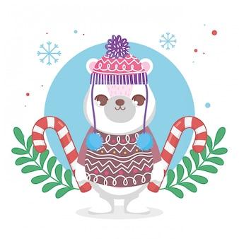 Милый белый медведь в шляпе и свитере с рождеством