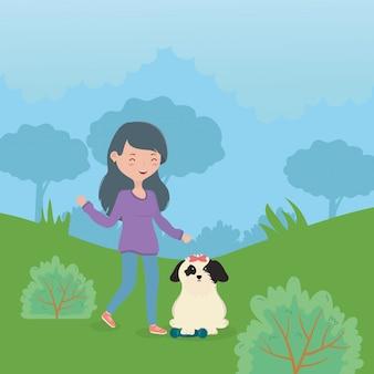 Счастливая девушка и собака с игрушкой в парке уход за питомцами