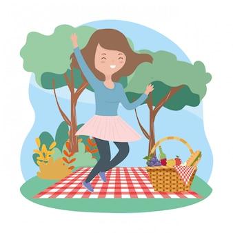 毛布バスケット食品ピクニック自然に女性をジャンプ