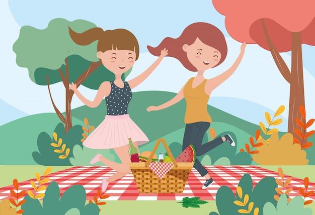 幸せな女性のピクニック毛布食品自然屋外