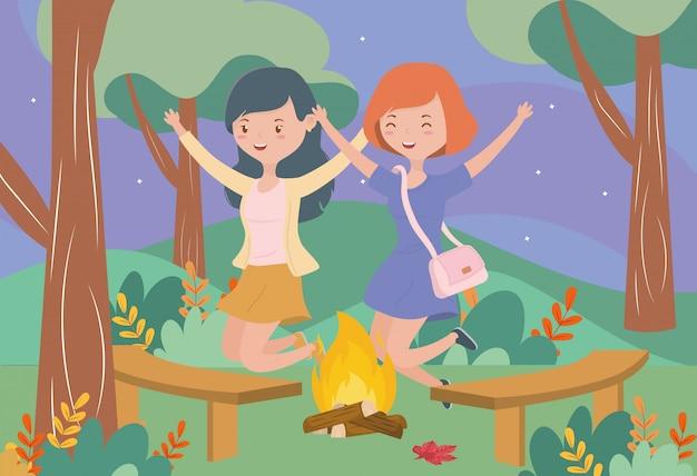 Счастливые женщины у костра деревья стулья пейзаж