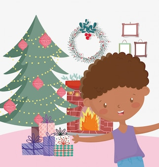 少年のリビングルームの木の煙突の贈り物メリークリスマスのお祝い