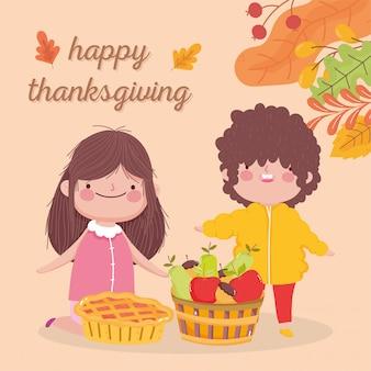 幸せな感謝祭のかわいい女の子と男の子のパイといっぱいのバスケットフルーツ