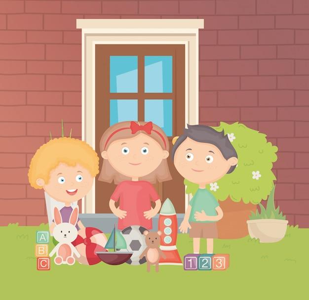 多くのおもちゃを持つ裏庭の子供たち