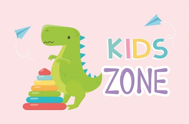 Детская зона, пластиковая пирамида и зеленые игрушки динозавров