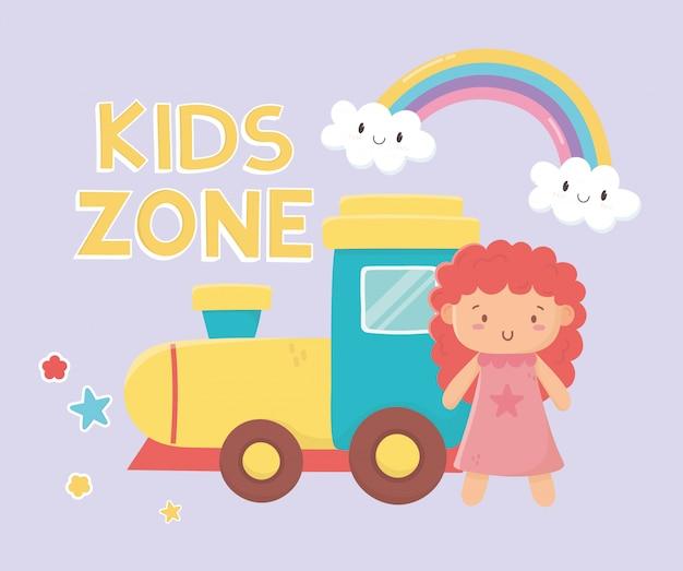 Детская зона, резиновый поезд и розовые маленькие кукольные игрушки