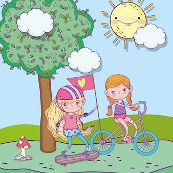 幸せな子供の日、公園で自転車とスケートボードに乗ってかわいい女の子