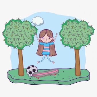 Счастливый детский день, маленькая девочка с скейтбордами и мяч в парке
