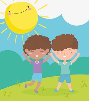 Счастливый детский день, улыбающиеся мальчики празднуют мультфильм на улице