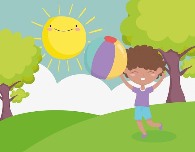 Счастливый детский день, милый маленький мальчик играет с шаржем