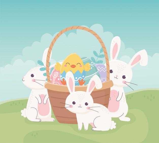 Счастливые пасхальные кролики курица в корзине с яйцами в траве