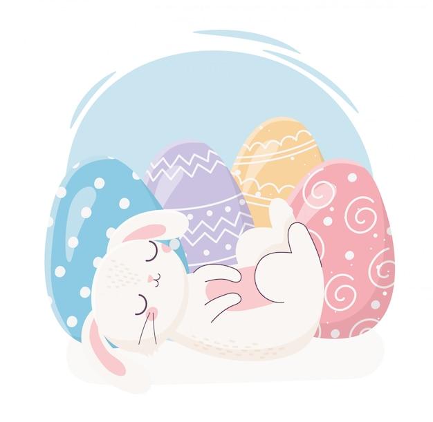 卵の装飾のお祝いとハッピーイースター眠っているウサギ