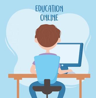 オンライン教育、コンピューターの背面図で椅子に座っている学生