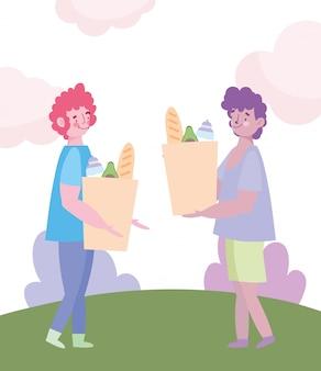 Люди накапливают покупки, молодые люди с бумажными пакетами в продуктовом парке