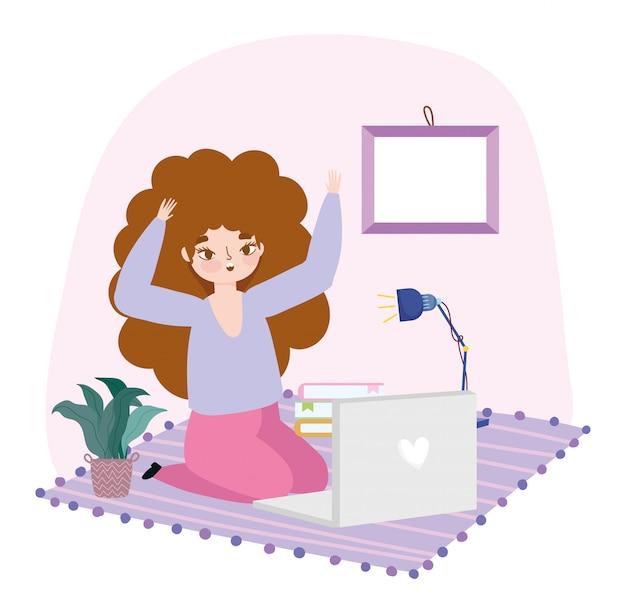 Работая удаленно, молодая женщина используя компьтер-книжку на комнате пола с лампой завода