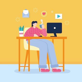 Молодая женщина с чашкой кофе и ноутбук на столе сети